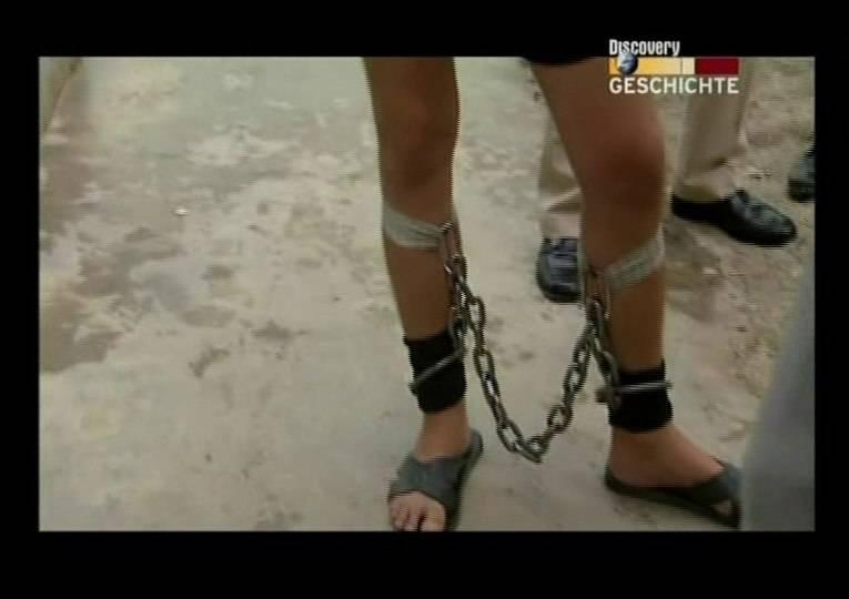Beim Fesseln wird Sklavensau aufgehängt